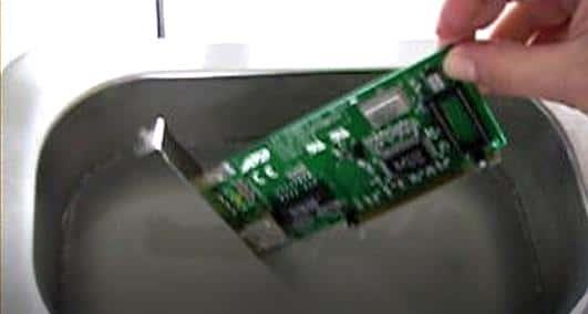 Lavaggio ultrasuoni per schede elettroniche